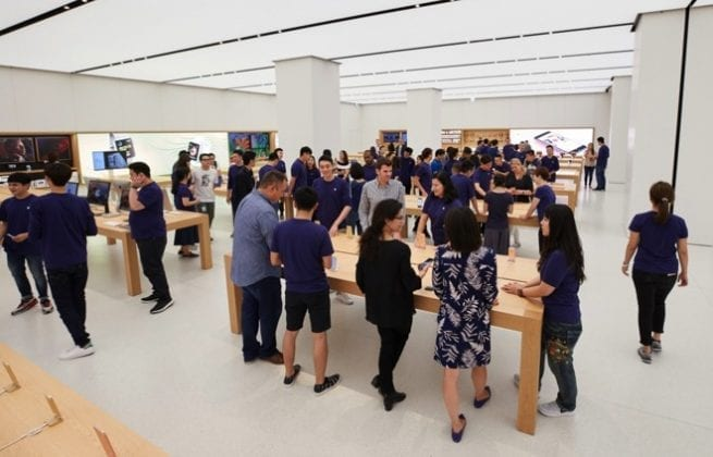 21869 25735 apple taipei 101 customers l 655x420 - Apple Shares Photos Of Its New Stores In Taiwan In A Spectacular Fashion